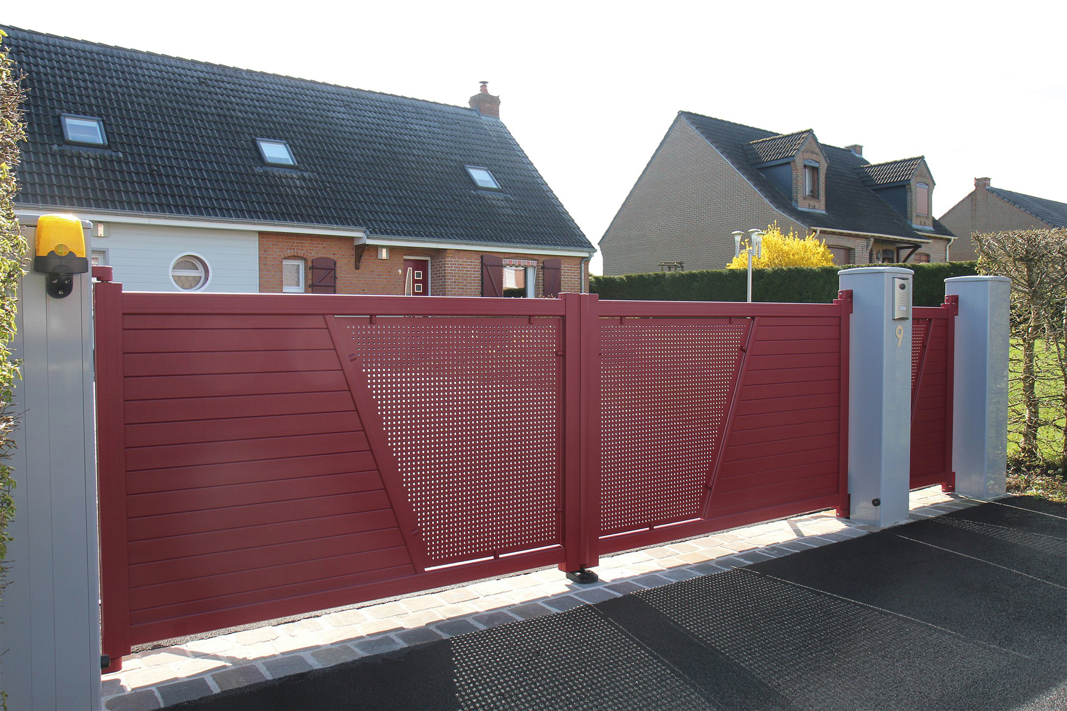 portail-et-portillon-vigo-11_arpege-vigo-2v-portillon-rouge-poteaux-gris(1)