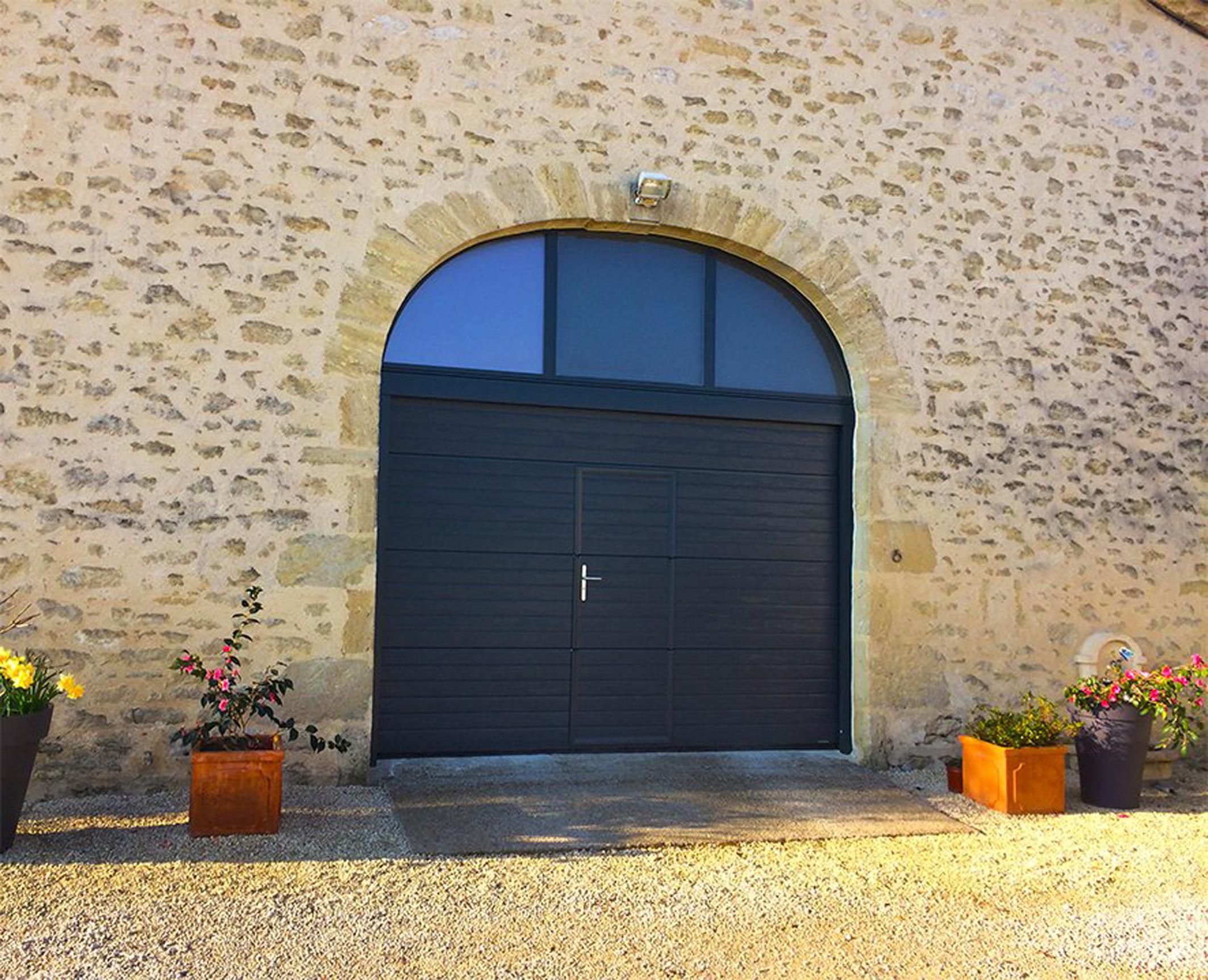 porte-de-garage-rainuree-avec-portillon1_porte-rainure-avec-portillon-la-toulousaine